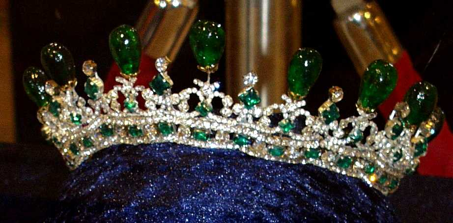 Reproductions of the British crown jewels | Naergi's